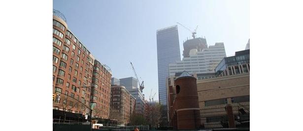 クレーンが見える建設中の2つの建物が9.11で崩壊した世界貿易センタービルの後に建てられているビル。レッドカーペットの場所からは目と鼻の先