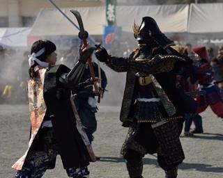 鎧兜に身を固め、勇壮な戦国武者が練り歩く