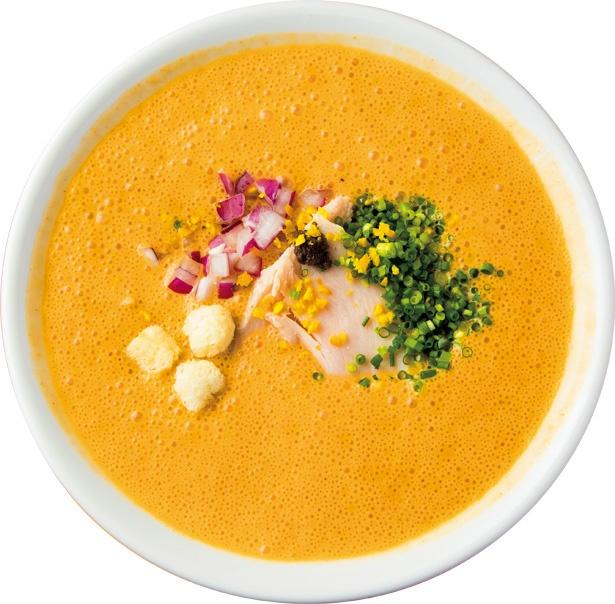 【写真を見る】イタリアン要素を織りまぜたエスプーマラーメン「オマール海老湯」(税込 950円) / 麺屋はやぶさ