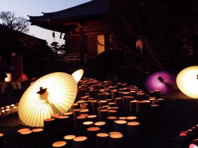 和傘や竹を使った灯りのオブジェが並ぶ冬の風物詩 / 山鹿灯籠浪漫・百華百彩