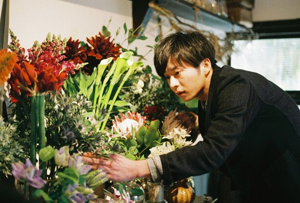 色鮮やかな花たちを優しくいたわる夏目(田中圭)