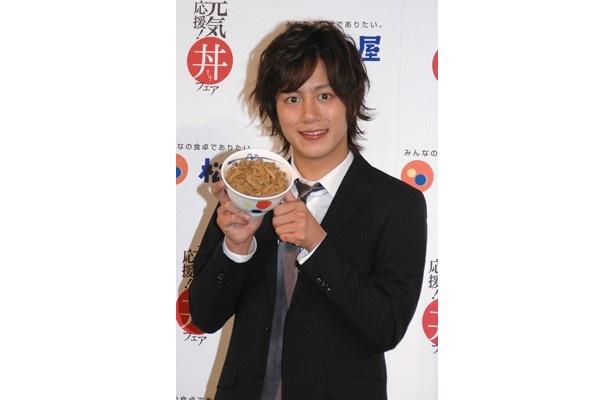 松屋の新CMキャラクターに起用された溝端淳平さん。筋金入りの松屋ファンで、今回の撮影では牛めしを8杯も平らげたそう