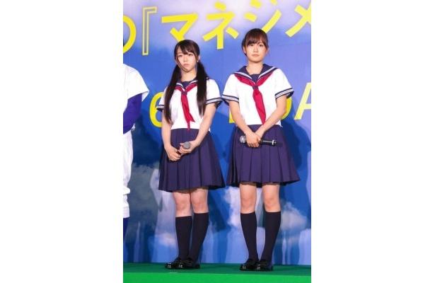 劇中で使用で使用したセーラー服姿を披露した峯岸みなみと前田敦子