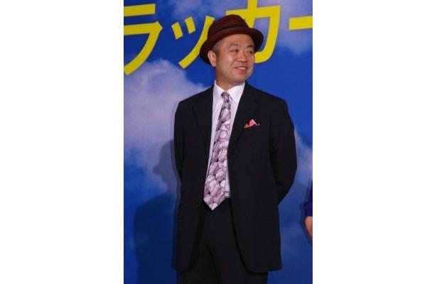 """「20年前は長髪で""""Everyday、カチューシャ""""をしていたので、これも何かの縁」と話す田中誠監督"""