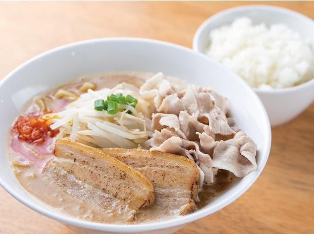 地鶏らーめん HAYAKAWA / 「濃厚味噌らーめん辛ダレ入り+セルフ豚バラ丼」(1050円・税込)。セットで付く白飯は、ラーメンの豚バラ肉をのせて作るセルフ豚バラ丼用