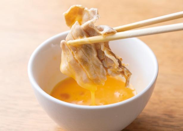 地鶏らーめん HAYAKAWA / 「生卵」(50円・税込)。追加トッピングの生卵は、すき焼き風に豚バラ肉をつけて食べるのもあり