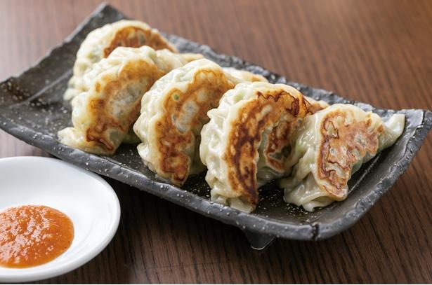 味噌蔵 ふくべえ / 「自家製餃子」(4個360円、8個720円・税込)。豚肉と脂、たっぷりの野菜を包んだ名物。味噌ダレで食べる