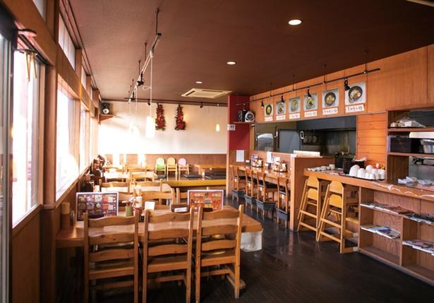 らー麺 味噌哲 / 陽光を取り込むテーブル席や小上がり席など。家族連れも多い