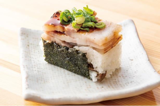 大重食堂 警固本店 / 「チャーシューおにぎり」(220円・税込)。塩麹に漬けた「茶美豚」の肉を使い、押し寿司風に仕上げる