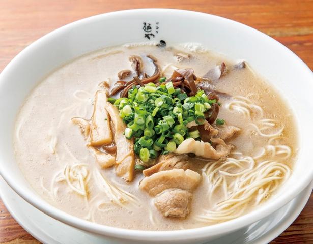 麺や おの食堂 / 「博多らーめん」(638円・税込)。大量の豚骨に加え、豚足で重厚感を出したラーメン。程よいとろみのあるスープと細麺がよく絡む