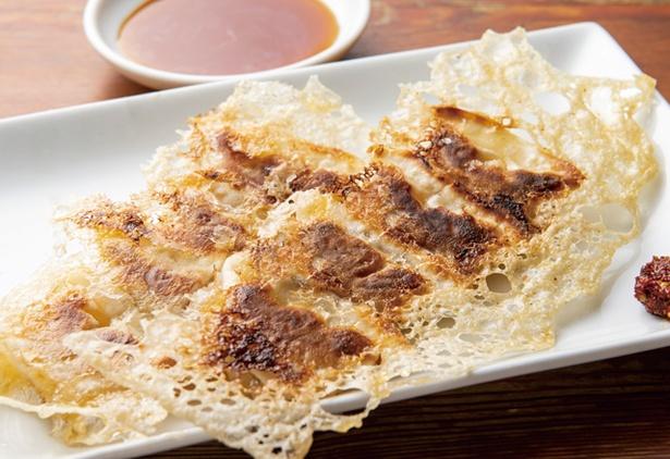 麺や おの食堂 / 「餃子」(8個528円・税込)。羽根を作り表面はカリカリで中の具はしっとり。ニンニクが効いている