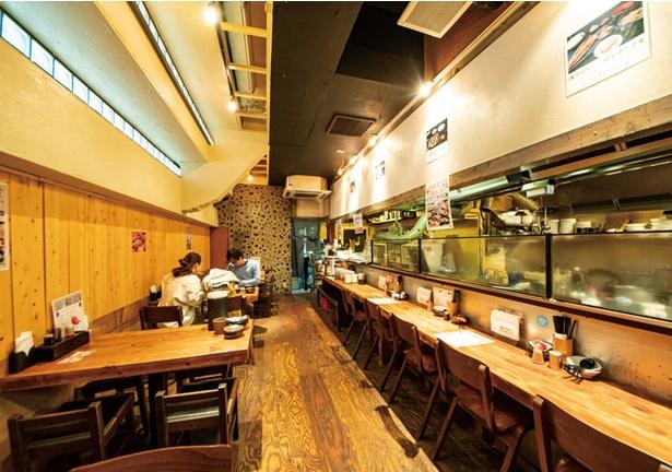 麺や おの食堂 / カウンターの奥に、総菜コーナーがある。紙エプロンも用意