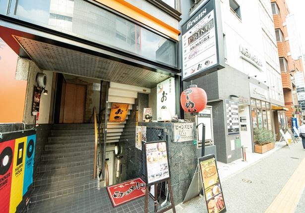 麺や おの食堂 / 通り沿いに赤い提灯をかける。細い階段を下りた先に入口がある
