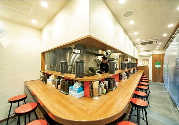 ぎょらん亭 魚町店 / 席はカウンターのみ。大きな寸胴でゲンコツを炊く様子を見られる