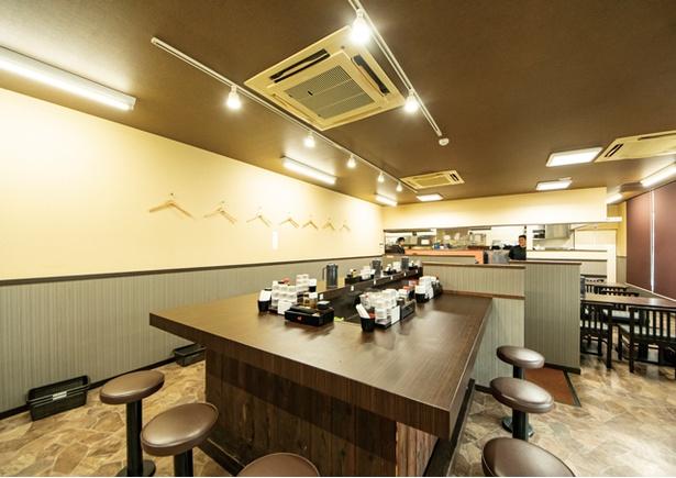 鶏革命 八幡本城店 / カウンターがメイン。各席にラーメン用のフルーツ酢が置かれる