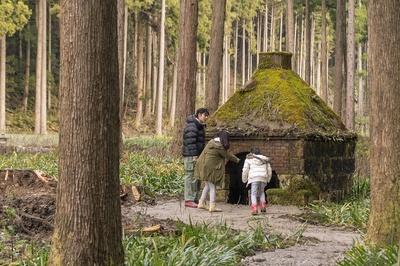 コケに覆われた炉跡を間近で見学。「100年前のものがこんなにキレイに残ってるんだね」