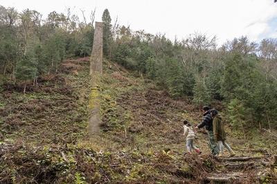 「すご~い!」と駆け寄る彩乃ちゃん。「鉱山にはこんなに大きな煙突が必要だったの?」