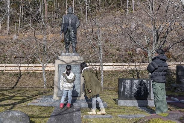 小松製作所(現コマツ)の創立者、竹内明太郎の銅像のある広場。「ママ、この漢字ってどういう意味なの?」と、勉強熱心な彩乃ちゃん