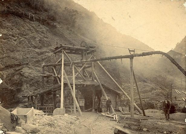 当時の竪坑入口付近(明治41年) (C)小松市観光文化課(個人蔵)