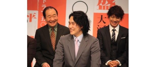 「素晴らしいキャスト続々決まり興奮しています」と話す松山に笑顔になるキャスト陣
