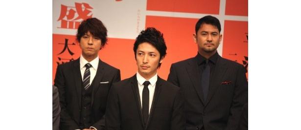 演出家・柴田岳志氏が「このドラマで清盛たちがしぶとくたくましく生きる姿を描きたい」と語るのを真剣に聞き入る玉木、上川、藤本