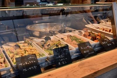 毎日変わるおかずの中から、メイン2種、サイド2種、サラダ、玄米or白米をチョイス