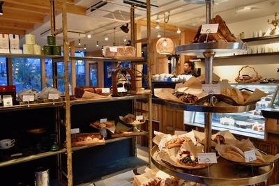 店内工房でこだわりのパン、スイーツが作られる