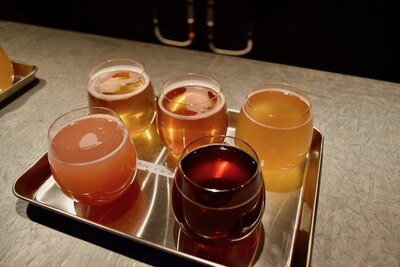 10種以上のクラフトビールを用意。4種を飲み比べるセットも販売
