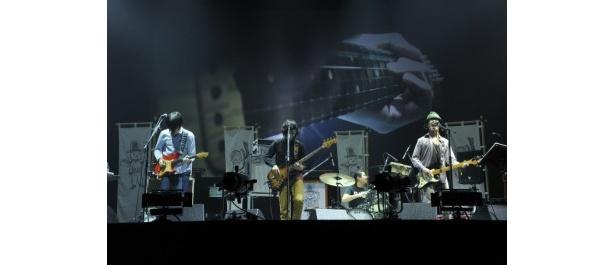 【写真】小型ハイテクカメラをギターとベースに仕込み、弦を引く様子を大画面に映し出した