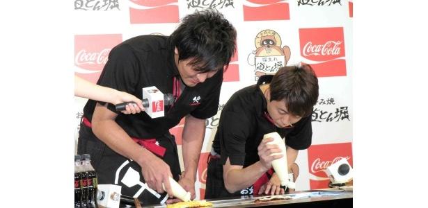 真栄田と河本は熊田の胃袋をつかむため、お好み焼き作りに奮闘