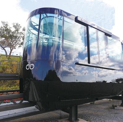長崎稲佐山スロープカー / 黒を基調とした外装。外の景色を反射させることで、山と一体化するように仕上げた