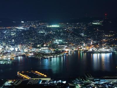 稲佐山山頂展望台 / 「世界新3大夜景」に選ばれた景色を観賞できる人気スポット。夜は照明で、幻想的な空間を演出する