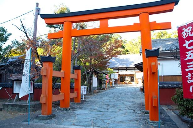 和歌の神様が祀られている玉津島神社。鳥居の横には、小野小町が参拝の折、袖をかけて和歌を詠んだと伝わる「袖掛けの塀」も