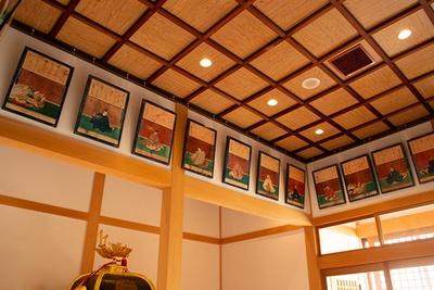 拝殿の中には三十六歌仙の歌と肖像画並ぶ