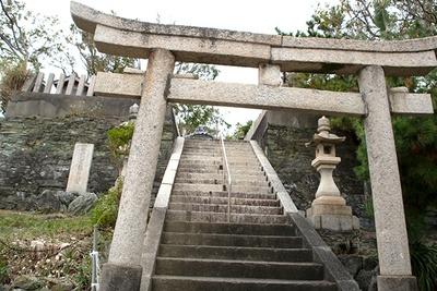 雑賀崎の路地を歩くと突如、神社が。ここ衣美須(えびす)神社では、旧正月に祭りがあり大漁旗が並ぶ