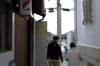 路地の中に理髪店も。ほか、小さな飲食店や食料品店などが点在していて、生活が息づいている感じがまたいい