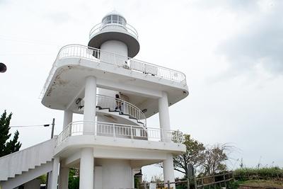 斜面を登り少し歩けば雑賀埼灯台に。ここは夕日の名所でもある