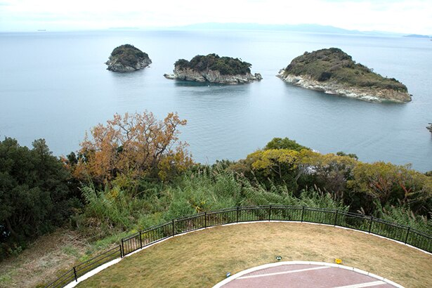 雑賀崎灯台からの風景。遠くにうっすらと見えるのは淡路島だ