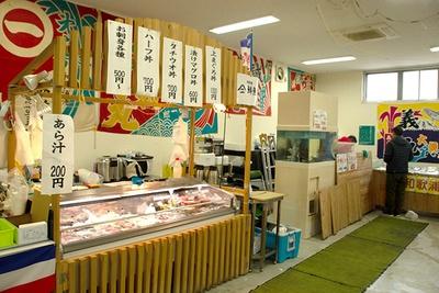 タチウオやマグロなどの丼も。ほか、鮮魚やみりん干しなどの加工品も販売している