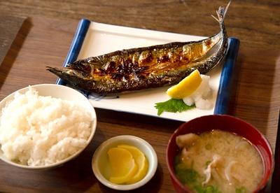 wakaya津屋(わかやつや)のさんま定食。この地方特産の「灰干しさんま」といわれるサンマの干物を味わえる