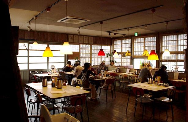 旧和歌川漁協をリノベーションした店内。レトロモダンな雰囲気で、地元でも人気が高い