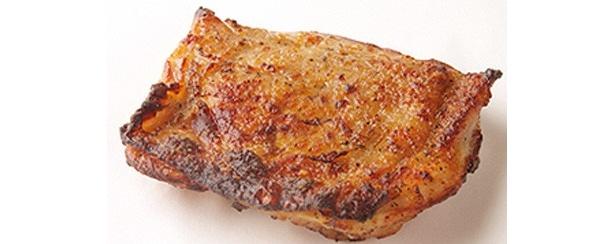モモ一枚肉を炭火で丁寧に焼き上げることでうま味をギュッと閉じ込めている