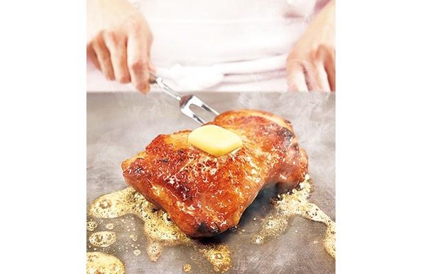 ガーリックやオニオンを加えた白ワインに漬け込んだモモ肉を、オーブンでじっくりとグリル
