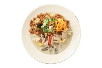 【写真を見る】カフェ マチルダの「ダブルがけ」1000円(税込)。6種のスパイスが効いた「タイ」「ポークキーマ」の2種をかける。具材が大きく食べ応え満点!