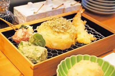 【写真を見る】カラリと揚がった衣と新鮮な食材のおいしさにビールが進む。揚げたての天ぷらを気軽に楽しもう/天ぷら 天寅