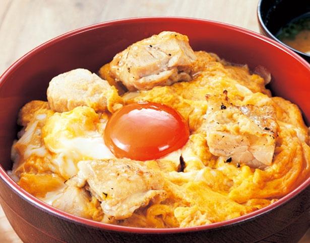 とろ〜り卵でとじた鶏肉の上に、さらに黄身をのせた、ダブル親子丼(750円)。味噌汁と漬物付き/chicken & egg CASSIWA