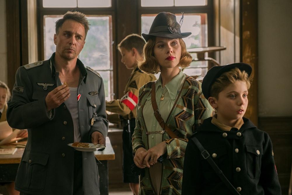 ジョジョの母ロージーをスカーレット・ヨハンソン、ナチス将校のクレンツェンドルフ大尉をサム・ロックウェルが演じる