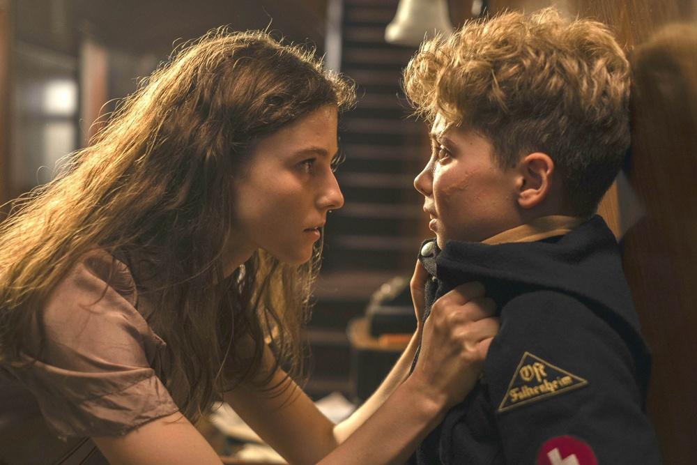 ジョジョは自宅で母が匿ったユダヤ人の少女エルサと出会う