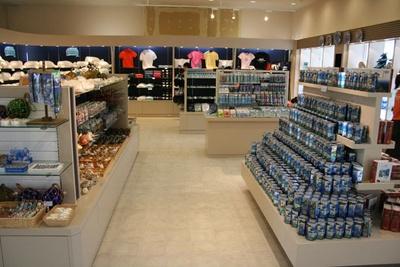 オリジナルグッズが豊富に並ぶ、ショップ「フレンディア」の店内