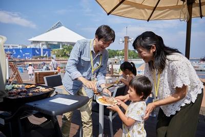 オーシャンフロントのテラス席が自慢の「Seafood & Grill YAKIYA」。ゆったりくつろげるプレミアムシートもある